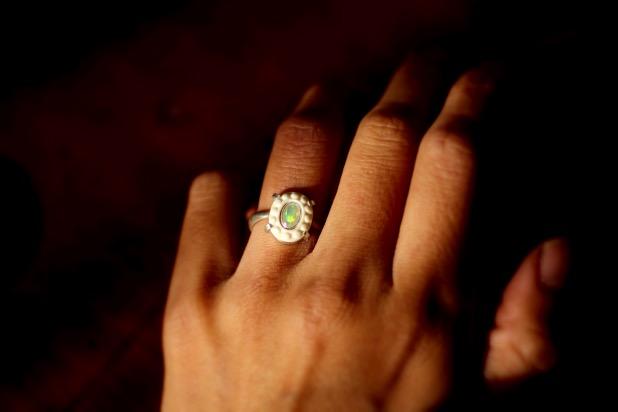 楕円形象牙とオパールの指輪